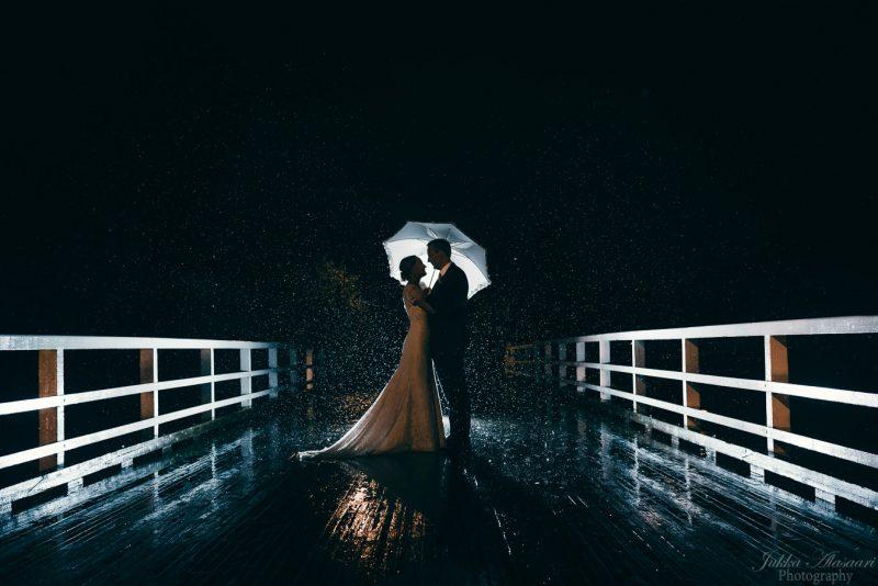 hääkuvaus kulosaaren casino hääpotretti yöllä sateessa