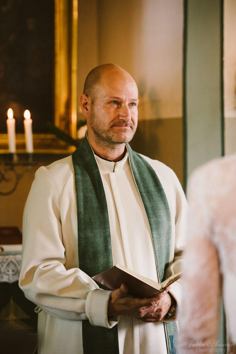 hääkuvaus vihkiminen teijon kirkko pappi