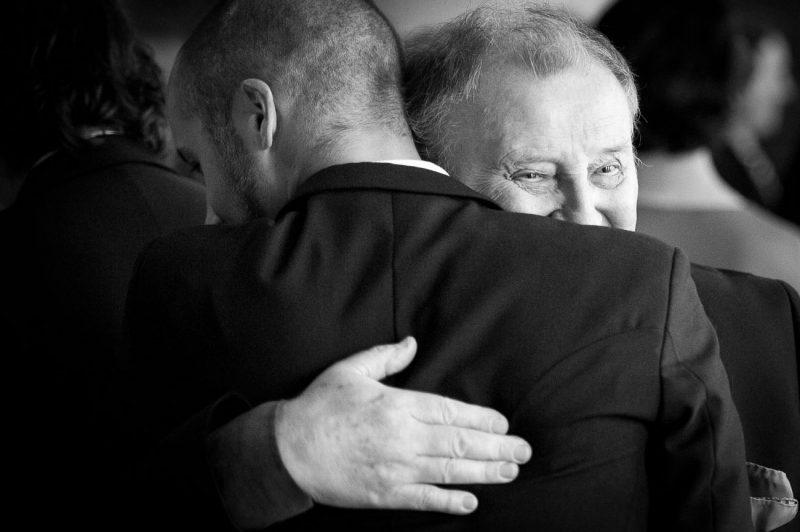hääkuvaus isoisän halaus