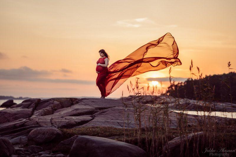 raskausajankuva masukuva punainen mekko rantakalliot