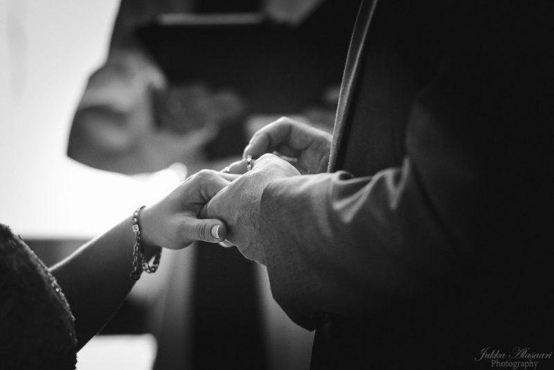 hääkuvaus vihkitilaisuus puotilan kappeli sormus sormeen