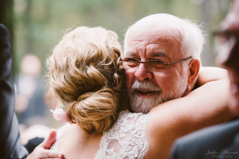 hääkuvaus sipoo hedåsen tytär ja isä halaus