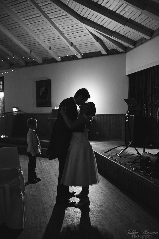 hääkuvaus sipoo hedåsen suudelma tanssilavalla