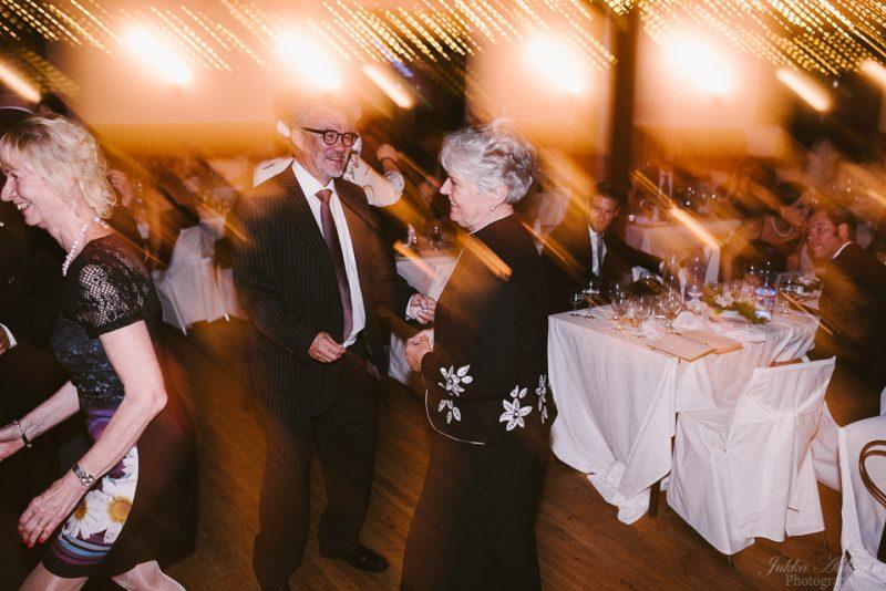 hääkuvaus sipoo hedåsen juhlavieraat tanssimassa