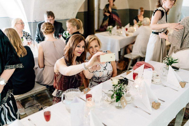 hääkuvaus suomenlinna pirunkirkko selfie