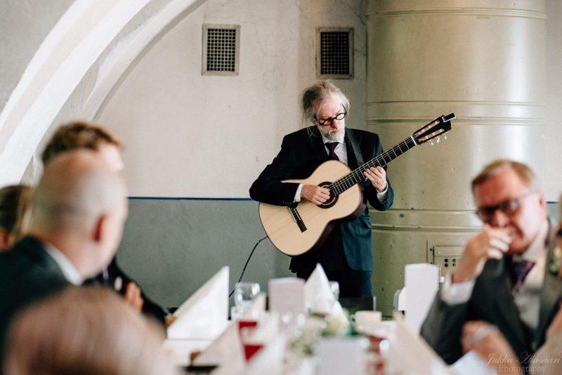 hääkuvaus suomenlinna pirunkirkko kitaristi