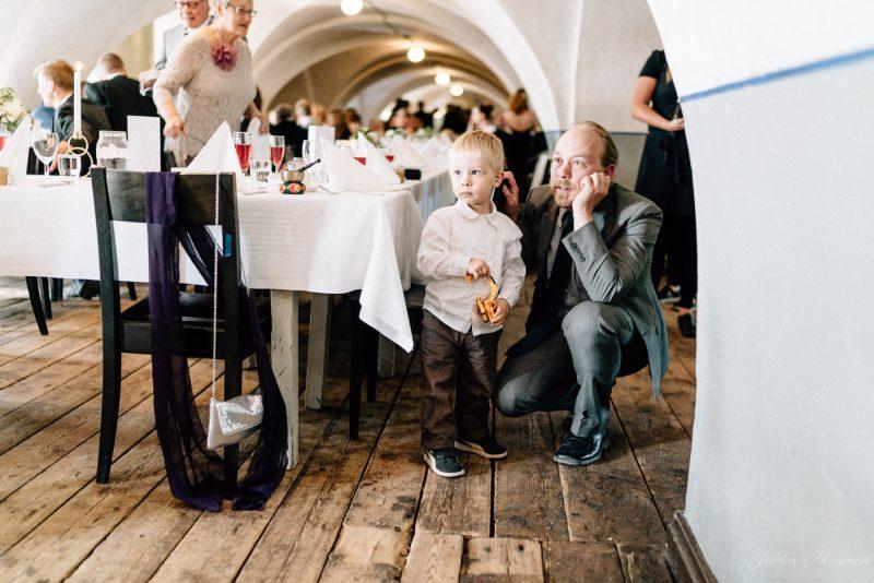 hääkuvaus helsinki suomenlinna hääpari ja hobittipuu