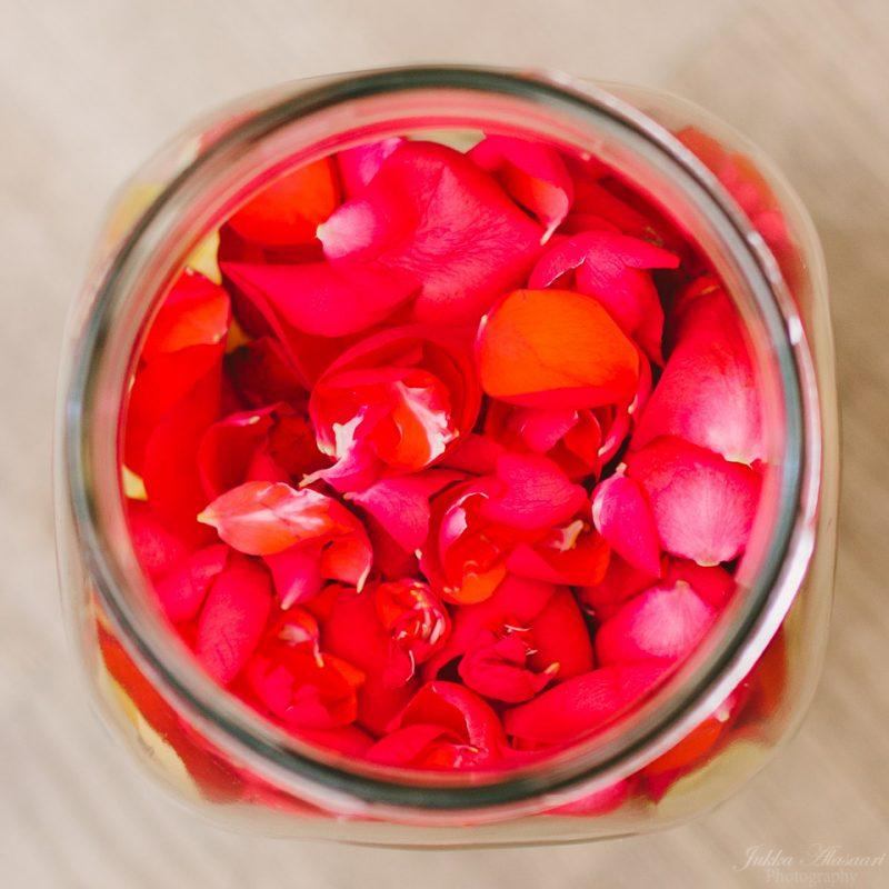 hääkuvaus hanko ruusun terälehtiä