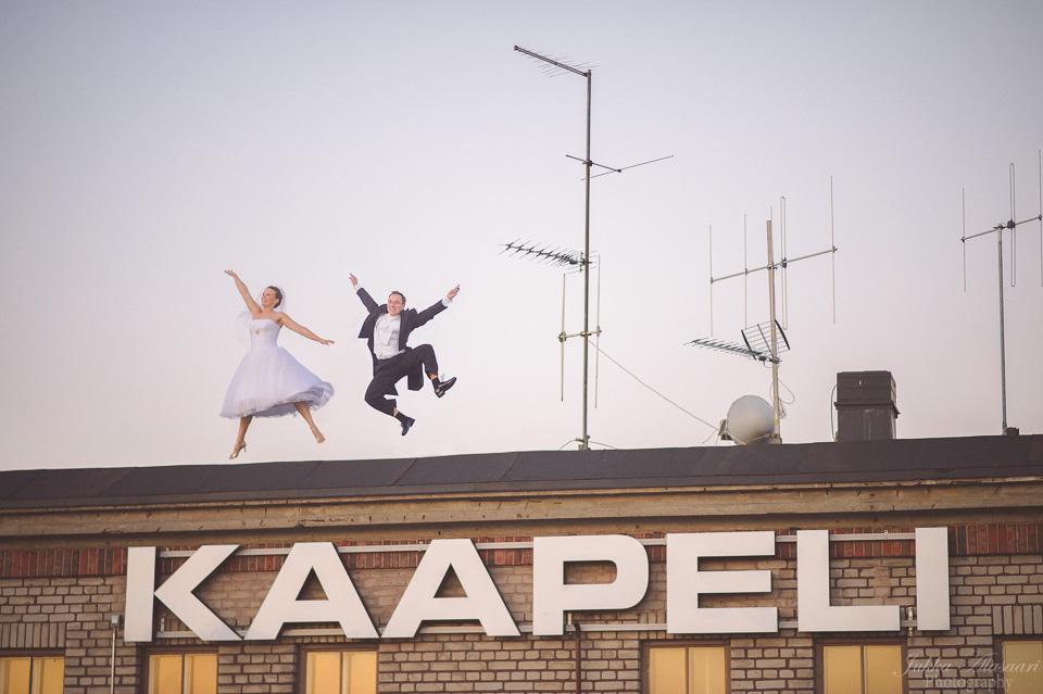 hääkuvaus kaapelitehtaan katolla hyppy